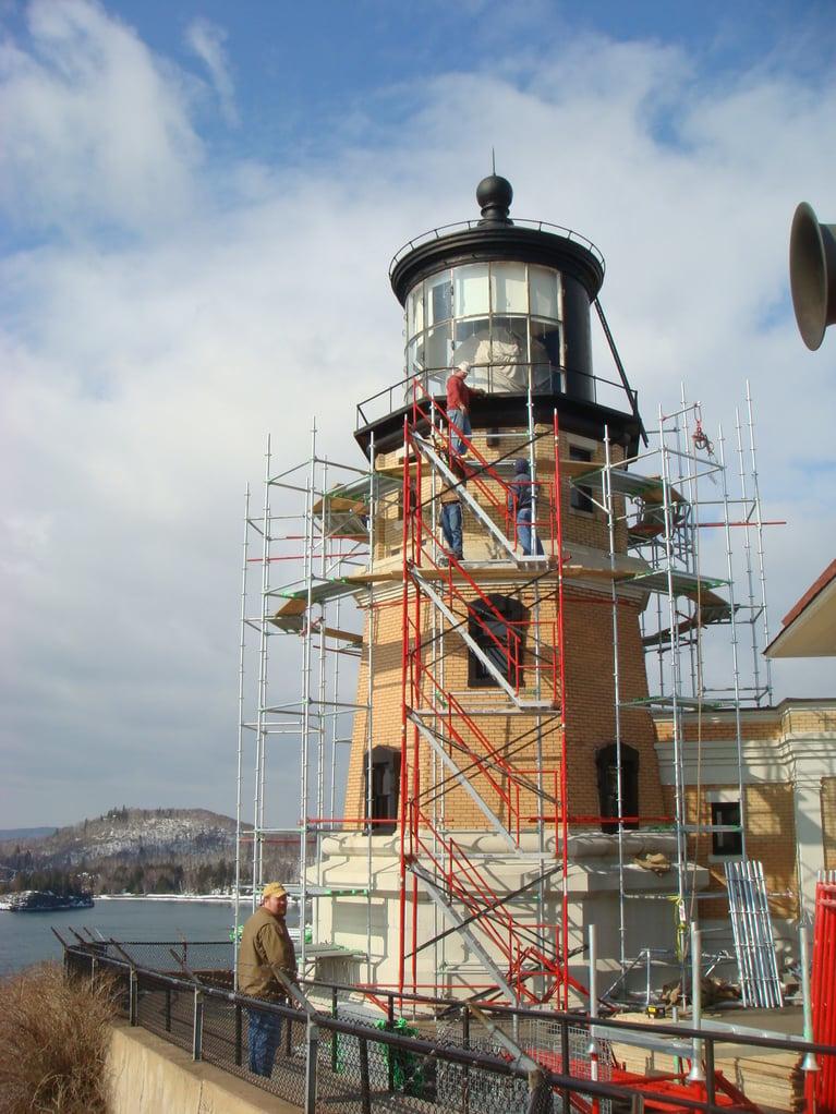 La limpieza criogénica prepara la superficie de un monumento histórico para su repintado