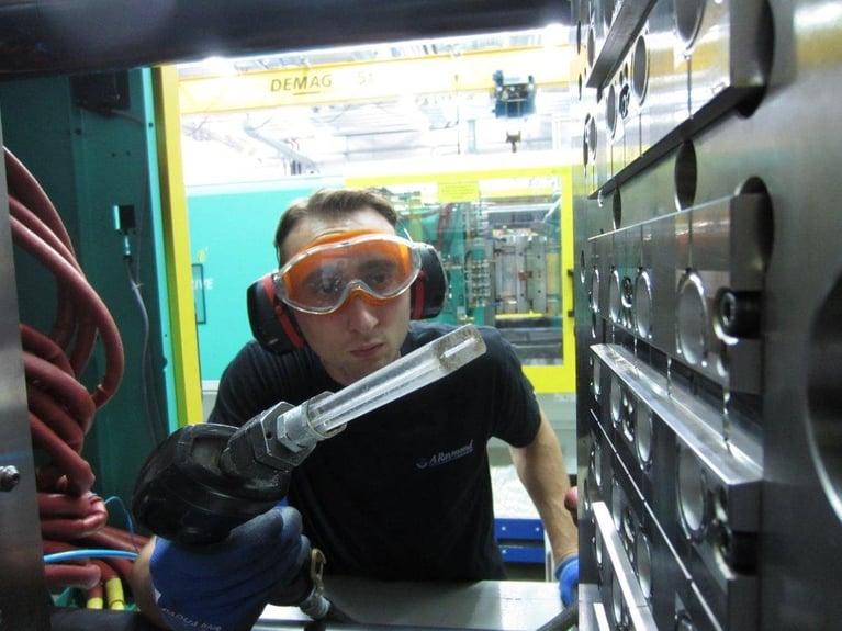 Moldero de Inyección Automotriz incrementa el Tiempo de Funcionamiento en un 25% con la Limpieza Criogénica