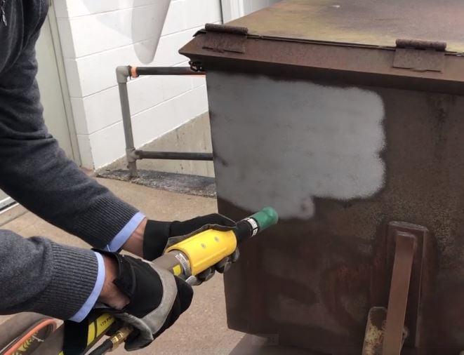 ¿Cómo resolver los problemas de polvo causados por el blasteo de abrasivos?